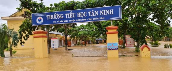 Trường tiểu học xã Tân Ninh, Quảng Ninh, Quảng Bình ngập nặng
