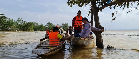 Quảng Bình vẫn còn nhiều nơi bị chia cắt phải đi bằng đò