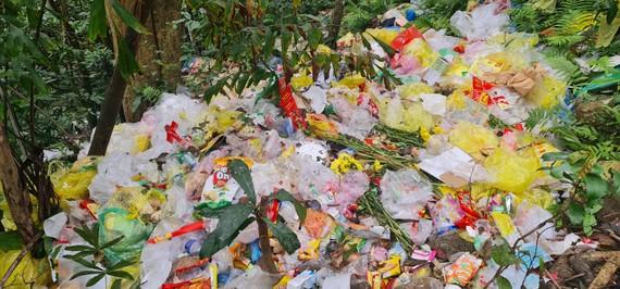 Đống túi nilon, chai nhựa trên danh thắng núi Thần Đinh