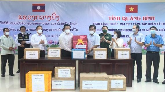 Quảng Bình tặng thuốc và thiết bị y tế cho tỉnh Khăm Muộn, Lào