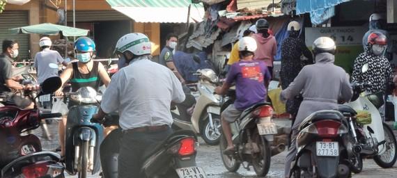 Người dân đi chợ Ga ở phường Nam Lý