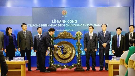 Bộ trưởng Bộ Tài chính Đinh Tiến Dũng đánh cồng khai trương phiên giao dịch đầu năm 2018