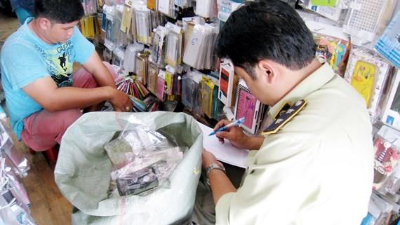 Lực lượng QLTT TPHCM kiểm tra hàng hóa kinh doanh trên địa bàn