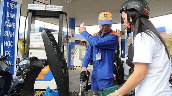 Giá xăng RON95-III giảm 592 đồng/lít, tối đa 21.599 đồng/lít
