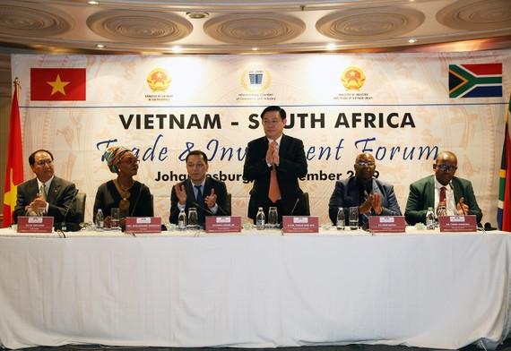Phó Thủ tướng  Vương Đình Huệ chủ trì buổi tọa đàm