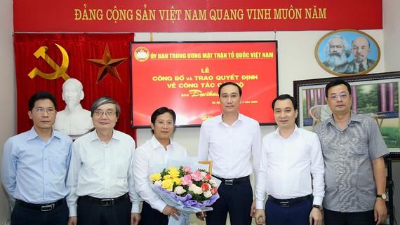 Ông Phùng Khánh Tài cùng lãnh đạo một số ban, đơn vị thuộc cơ quan Ủy ban Trung ương MTTQ Việt Nam chúc mừng nhà báo Lê Anh Đạt. Ảnh: KỲ ANH