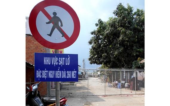 Khu vực sạt lở đã được cảnh báo, rào chắn và bảo vệ nghiêm ngặt. Ảnh: ĐÔNG XUYÊN