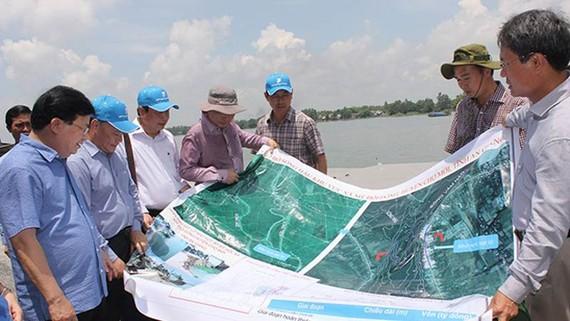 Phó Thủ tướng Trịnh Đình Dũng (bìa trái) khảo sát sạt lở sông Vàm Nao. Ảnh: ĐÔNG XUYÊN