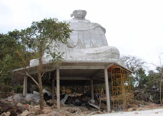 Tượng Bà Chúa Xứ đang xây dựng trên núi Sam. Ảnh: TRẦN VĂN