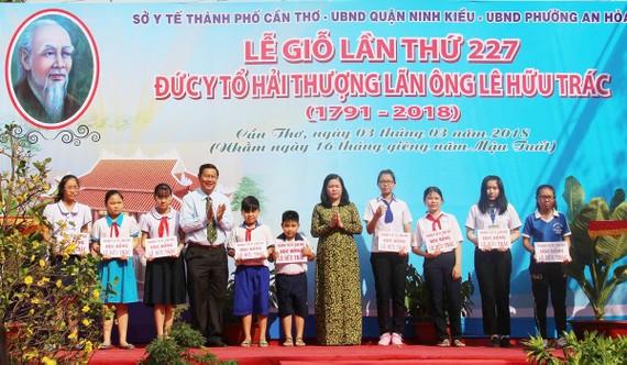 Lãnh đạo TP Cần Thơ trao học bổng Lê Hữu Trác cho các em học sinh. Ảnh: HIỀN TRANG
