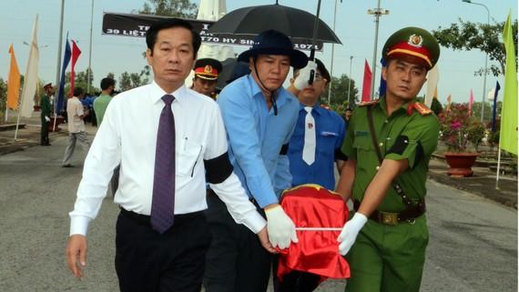 Kiên Giang tổ chức lễ truy điệu, an táng 39 hài cốt liệt sĩ. Ảnh: VĨNH THUẬN