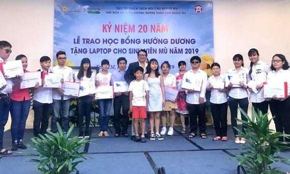 Các sinh viên khiếm thị đạt thành tích tốt trong học tập được nhận học bổng
