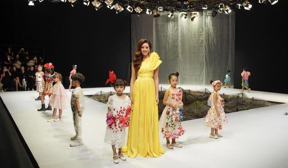 Hoa hậu Khánh Vân làm vedette show diễn mở màn Tuần lễ thời trang trẻ em Việt Nam Xuân - Hè 2020