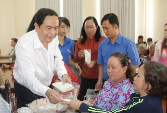 Chủ tịch Ủy ban Trung ương Mặt trận Tổ quốc Việt Nam Trần Thanh Mẫn tặng quà cho hộ chính sách, hộ khó khăn ở huyện Cờ Đỏ, TP Cần Thơ