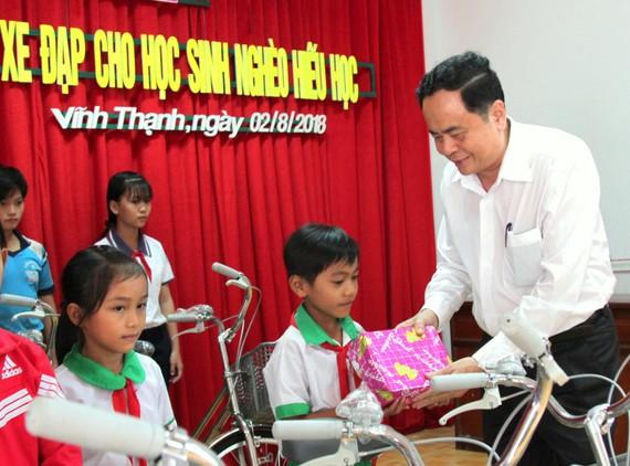 Chủ tịch Trần Thanh Mẫn trao quà cho học sinh nghèo ở huyện Vĩnh Thanh (Cần Thơ)