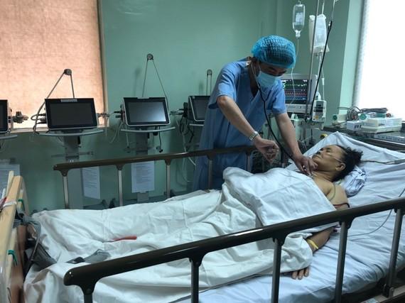 Bác sĩ chăm sóc cho bệnh nhân sau khi được phẫu thuật