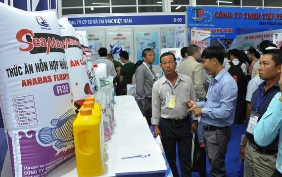 Nhiều người dân ĐBSCL đến xem những sản phẩm mới trong nuôi trồng thủy sản