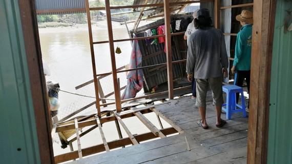 Ngành chức năng di dời nhà dân ra khỏi khu vực sạt lở nguy hiểm ở sông Ông Chưởng