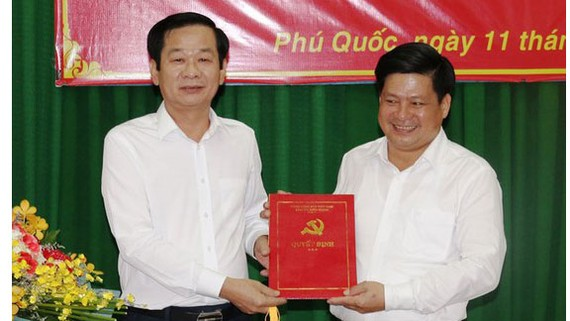 Đồng chí Tống Phước Trường (bìa phải) được phân công giữ chức Bí thư Huyện ủy Phú Quốc, tỉnh Kiên Giang