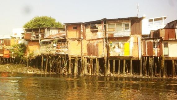 Hàng ngàn căn nhà tạm bợ trên kênh rạch trên địa bàn quận 8 phải di dời