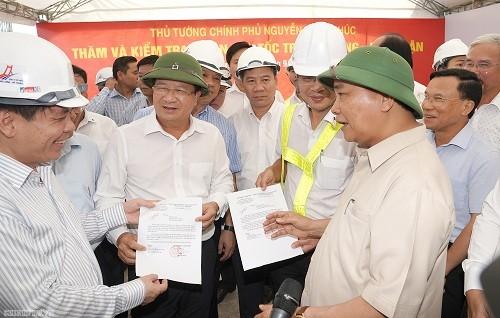 Thủ tướng Nguyễn Xuân Phúc trao quyết định phê duyệt phân bổ 2.186 tỷ đồng vốn ngân sách cho dự án cao tốc Trung Lương - Mỹ Thuận cho các đại diện. Ảnh: VGP