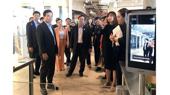 Đoàn đại biểu TPHCM tham quan tòa nhà True Digital Park
