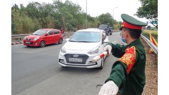 Chốt chặn kiểm tra thân nhiệt phòng chống dịch Covid-19 tại trạm H10-An Phú-quận 2-hướng cao tốc Dầu Giây-Long Thành-TPHCM vào đường Mai Chí Thọ. Ảnh: HOÀNG HÙNG
