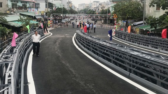Thông xe cầu thép An Phú Đông, quận 12. Ảnh: QUỐC HÙNG