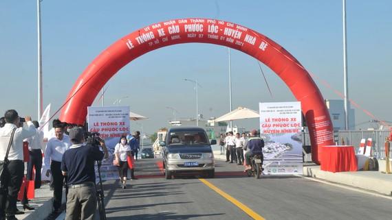 Thông xe cầu Phước Lộc, huyện Nhà Bè. Ảnh: CAO THĂNG