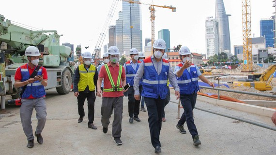 Thứ Trưởng Bộ Xây dựng Lê Quang Hùng khảo sát tiến độ thi công mùa dịch. Ảnh: DŨNG PHƯƠNG