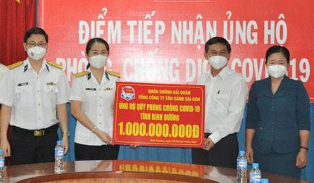 Đại diện Tổng Công ty Tân cảng Sài Gòn trao bảng tượng trưng ủng hộ Quỹ phòng, chống Covid-19 tỉnh Bình Dương. Ảnh: Tân Cảng  Sài Gòn