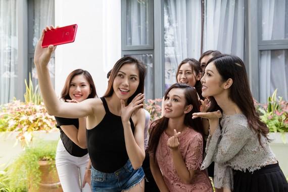 OPPO F5 trên tay các thí sinh cuộc thi Hoa hậu Hoàn vũ Việt Nam 2017