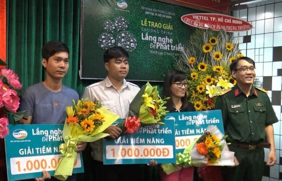 Các khách hàng của Viettel nhận giải thưởng