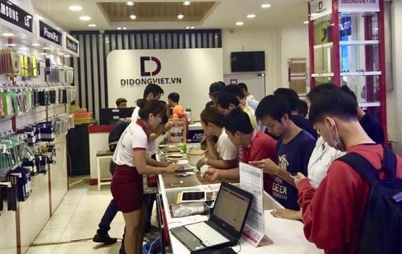 Khách hàng mua smartphone tại Di Động Việt