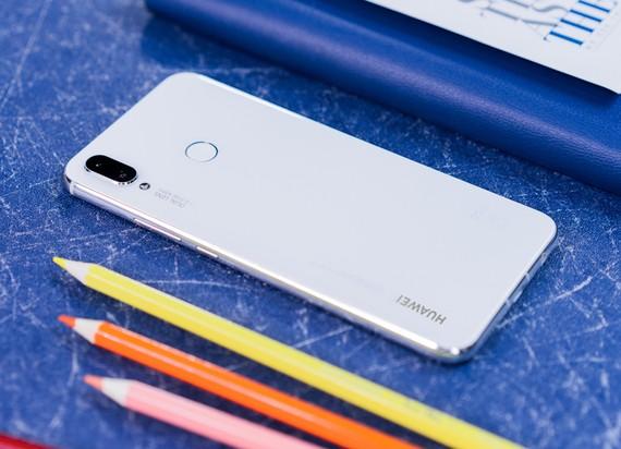 Nova 3i phiên bản màu trắng ngọc trai giá gần 7 triệu đồng