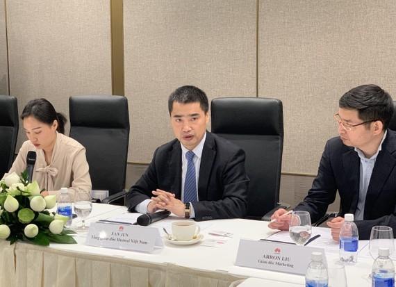 Tổng giám đốc Huawei Việt Nam, ông Fan Jun (ở giữa) trong buổi gặp gỡ với PV tại TPHCM