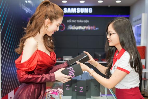 Ngọc Trinh trên tay Galaxy Z Flip đầu tiên trong ngày mở bán