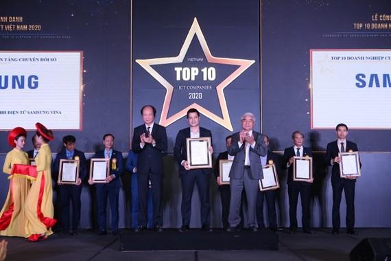 Ông Nguyễn Quang Long, Giám đốc kinh doanh khối khách hàng doanh nghiệp thiết bị di động Công ty Điện tử Samsung Vina lên nhận giải