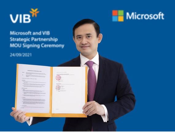 Ông Trần Nhất Minh – Phó Tổng Giám Đốc kiêm Giám đốc Khối Công nghệ Ngân hàng của VIB ký thỏa thuận hợp tác chiến lược với Microsoft - VIB