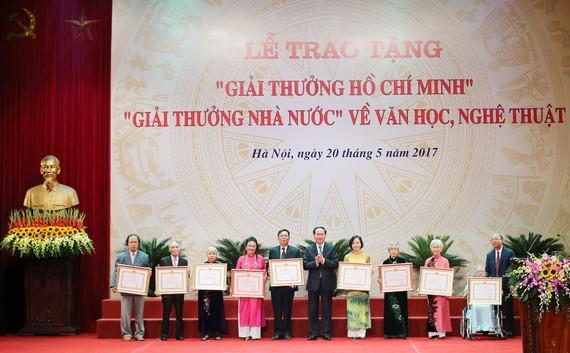 Chủ tịch nước Trần Đại Quang trao bằng khen cho các tác giả đoạt giải
