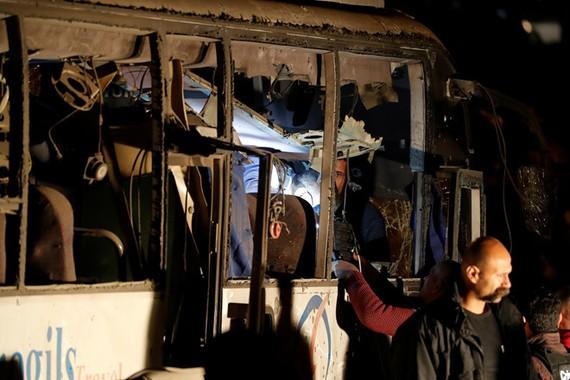 Hiện trường vụ đánh bom nhắm vào đoàn du khách Việt Nam tại Ai Cập. Ảnh: REUTERS