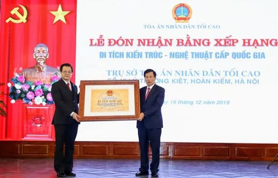 Bộ trưởng Bộ VH-TT-DL Nguyễn Ngọc Thiện trao bằng xếp hạng Di tích Kiến trúc- Nghệ thuật cấp Quốc gia cho đại diện Tòa án nhân dân tối cao