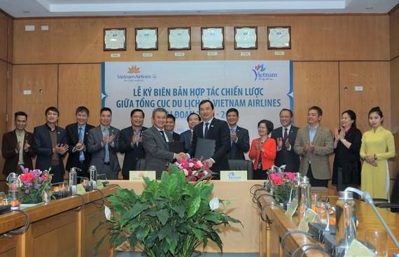 Đại diện Tổng cục Du lịch Việt Nam và đại diện Hãng hàng không quốc gia Vietnam Airlines ký Biên bản hợp tác chiến lược giai đoạn 2020-2022 về quảng bá, xúc tiến du lịch