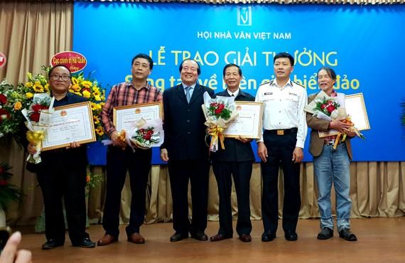 Các tác giả được trao giải nhất