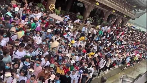 """""""Biển người"""" chen chân ở chùa Tam Chúc vào ngày 14-3"""
