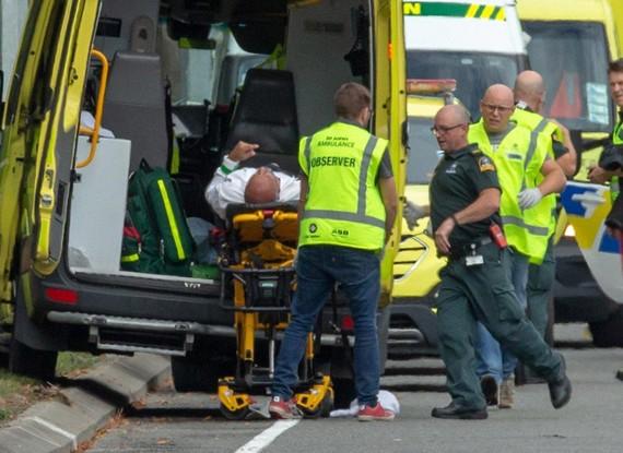 救護人員搶救受害者