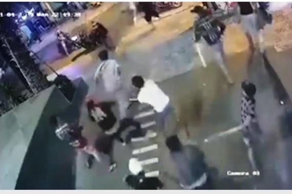 視頻中記錄了一夥約20人持著銳器圍毆一名男子,從路上追趕至地下存車場。