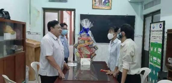 第六郡越南祖國陣線委員會向潁川雙語學校拜年