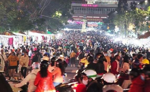 大勒市在節日期間人山人海。