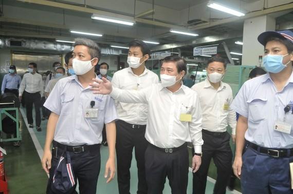 市人委會主席阮成鋒檢查某公司的防疫工作。